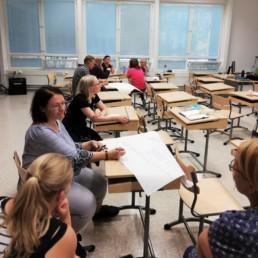 Opettajia työpajassa