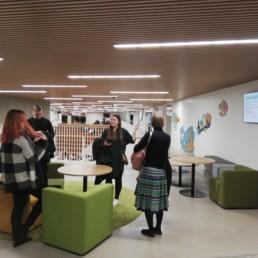 Neljä ihmistä Syvälahden koulun aulassa.
