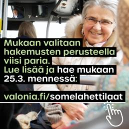 Kuva iloisesta, ikääntyneestä henkilöstä bussissa ja teksti: Mukaan valitaan hakemusten perusteella viisi paria. Lue lisä ja hae mukaan 25.3. mennessä: valonia.fi/somelahettilaat.
